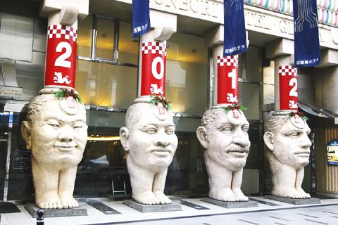 四つの顔柱